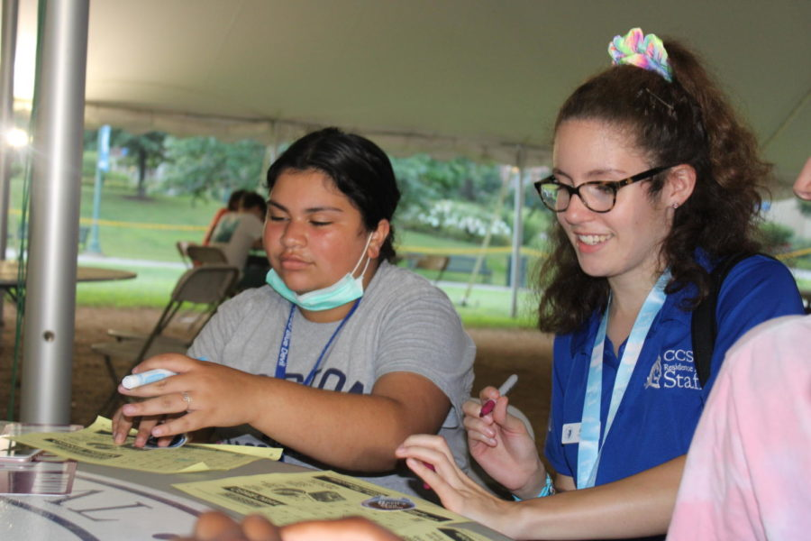 Jordyn Williams and Kiara Burgos play bingo at SALDs event for freshmen who moved into the dorms just hours prior.